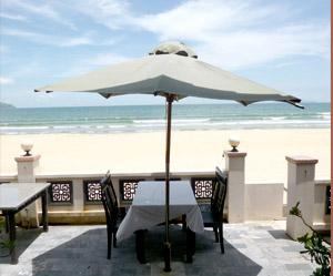 目の前は美しい砂浜のビーチ
