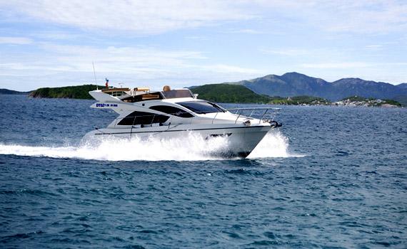 専用ボートで島まで移動